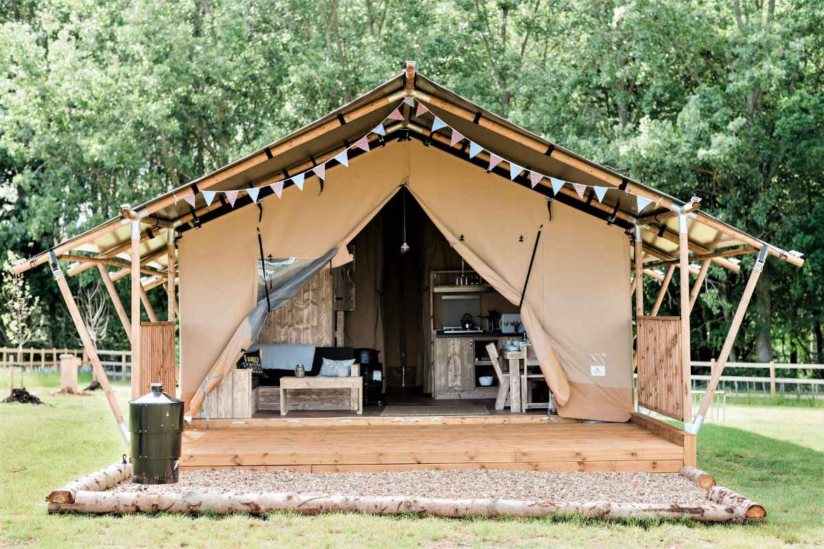 woodchests-safari-tent-with-decking-in-field