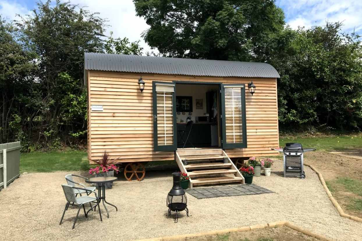 beds-of-silk-shepherds-hut-with-outdoor-seating