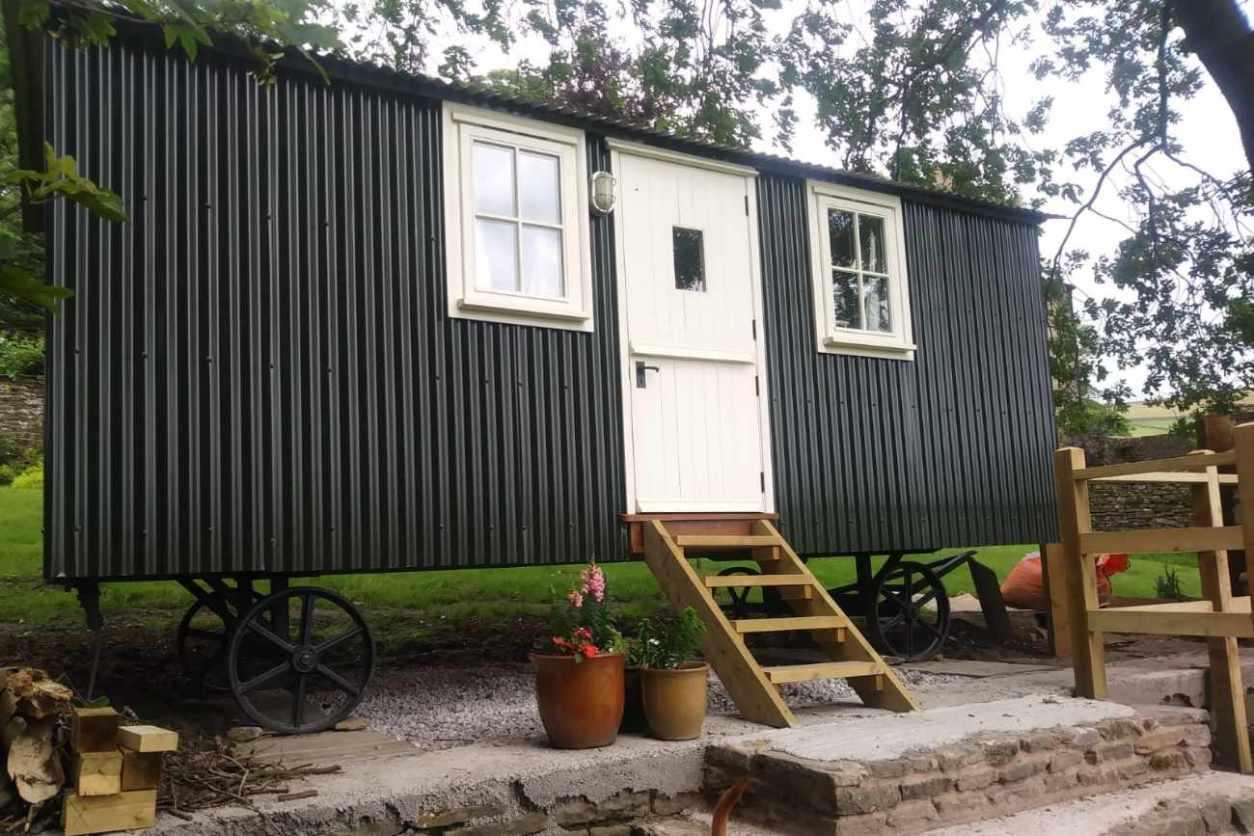 black-the-hut-on-the-hill-shepherds-hut-glamping-derbyshire