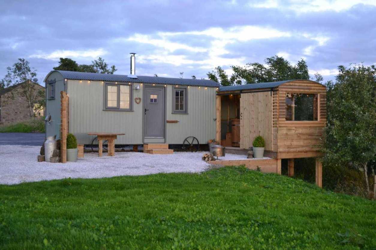 bracken-shepherds-hut-with-hot-tub-next-door-at-copy-house-hideaway