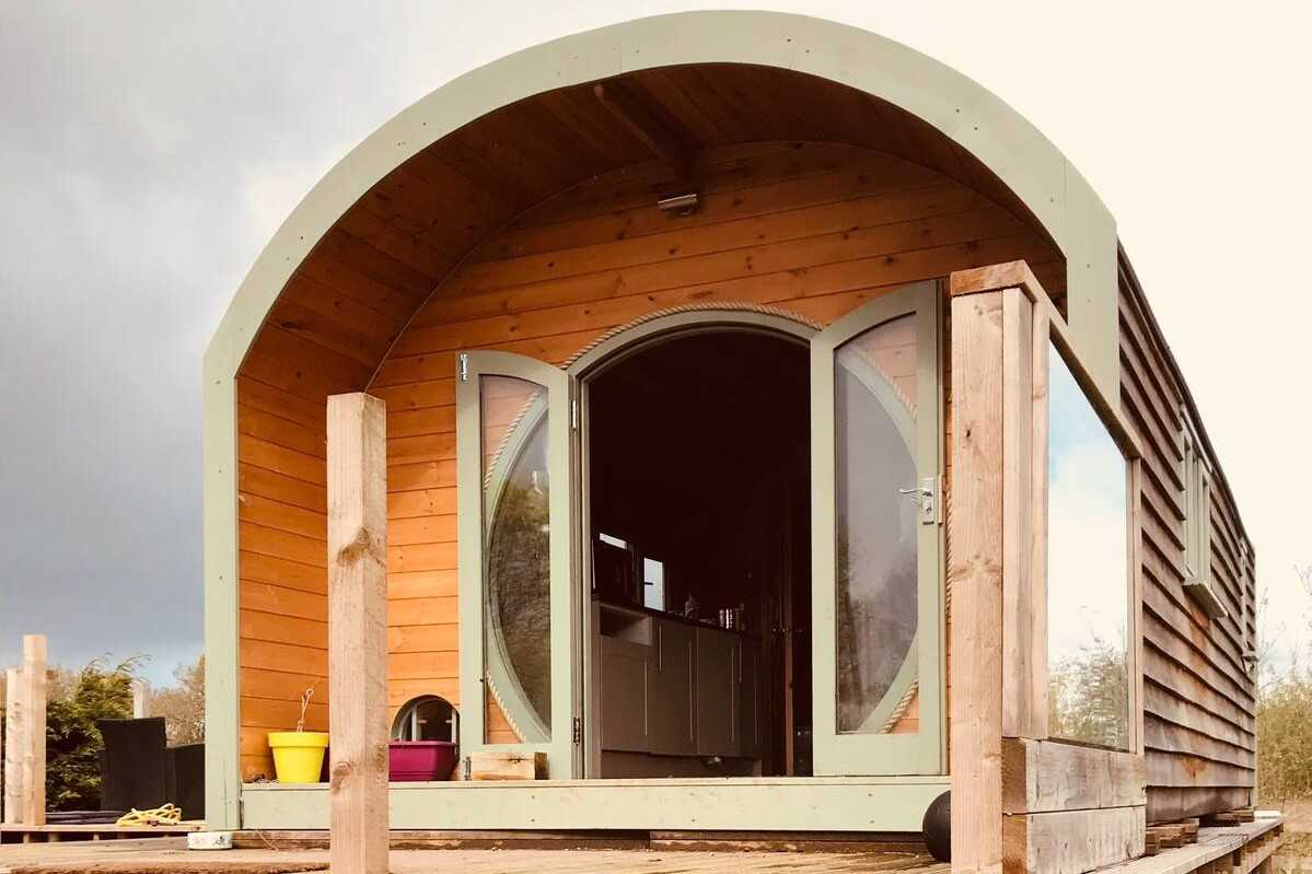 exterior-of-paca-glamping-pod-with-decking