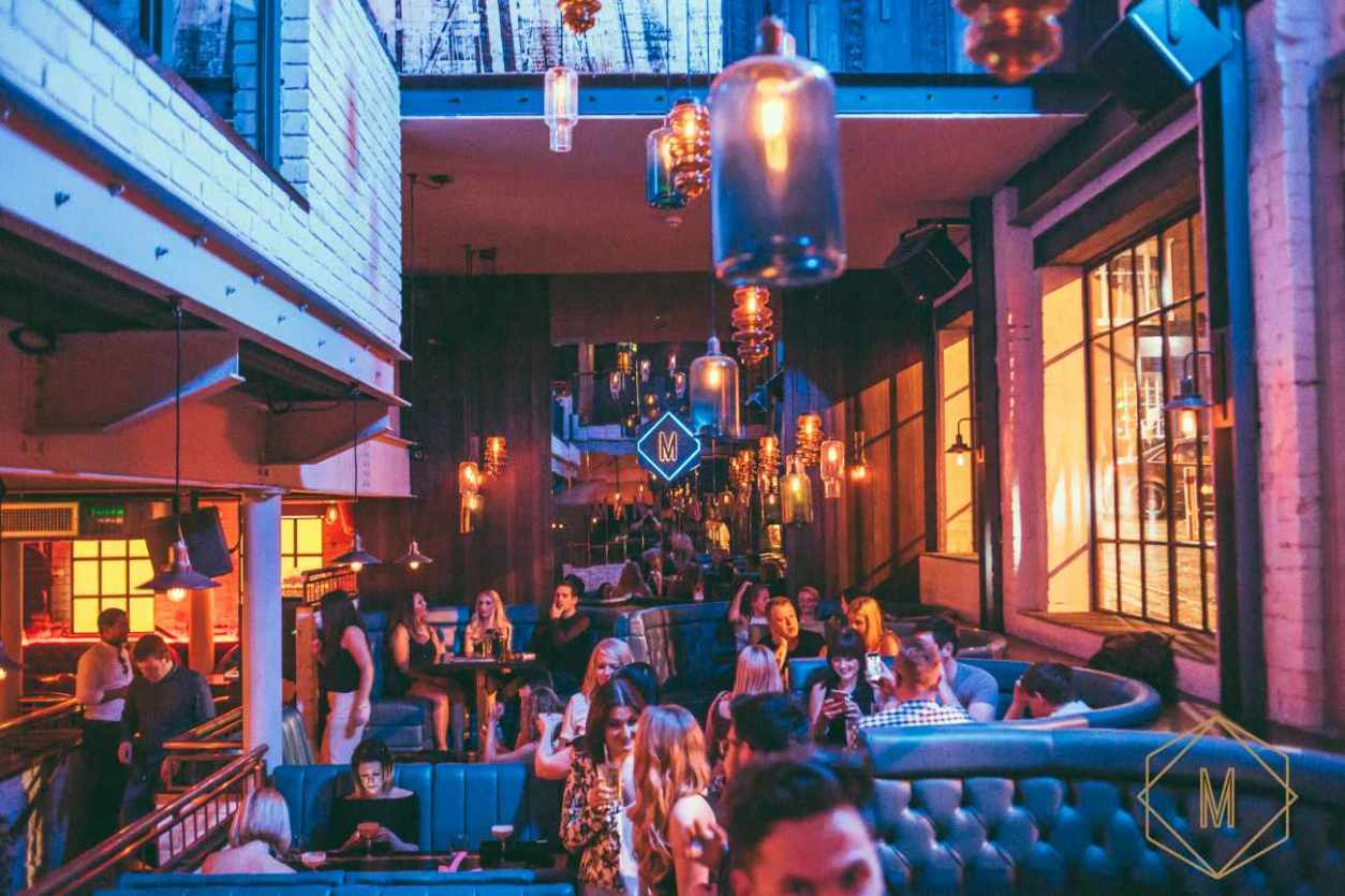 groups-of-friends-drinking-in-booths-at-manahatta-bar-bottomless-brunch-manchester