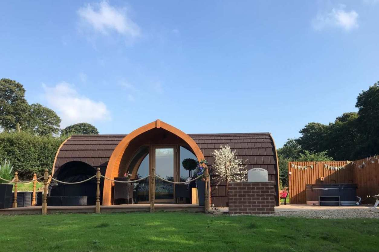 hedgerow-glamping-pod-in-field-with-outdoor-hot-tub