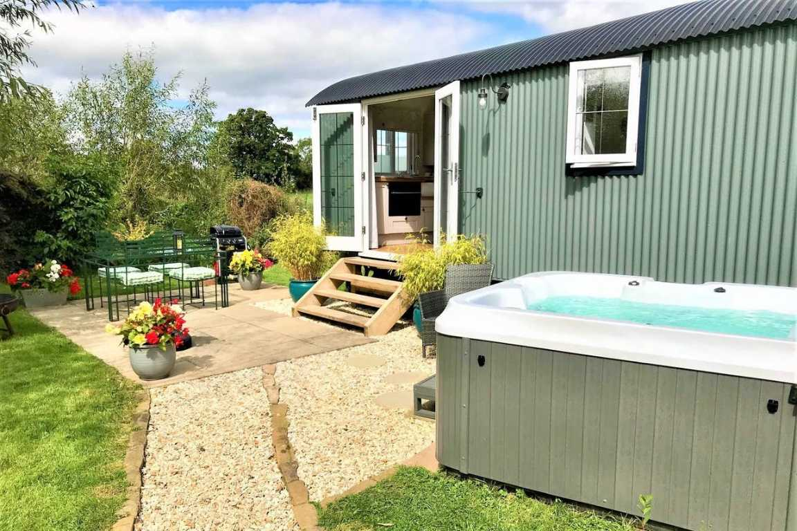 mint-green-nantwich-shepherds-hut-with-hot-tub-glamping-cheshire