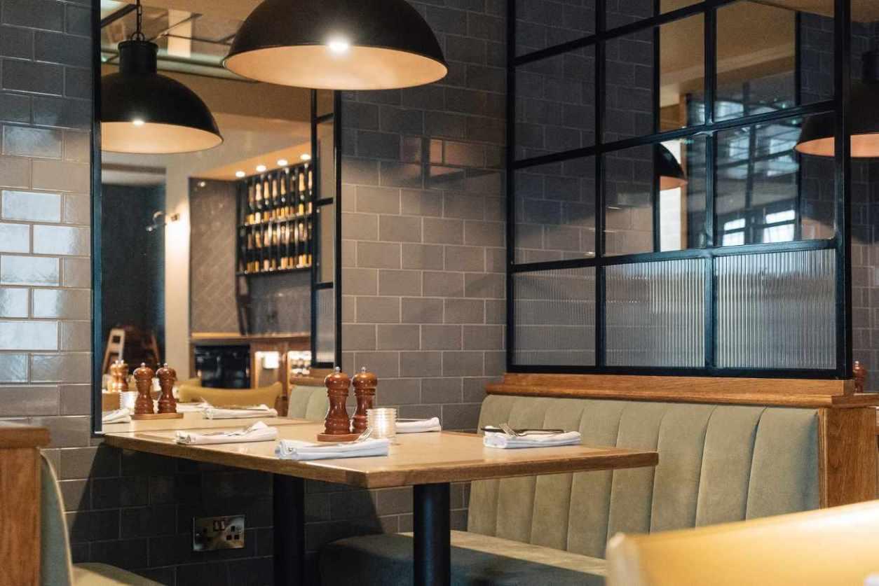 restaurant-booth-inside-knight-and-garter
