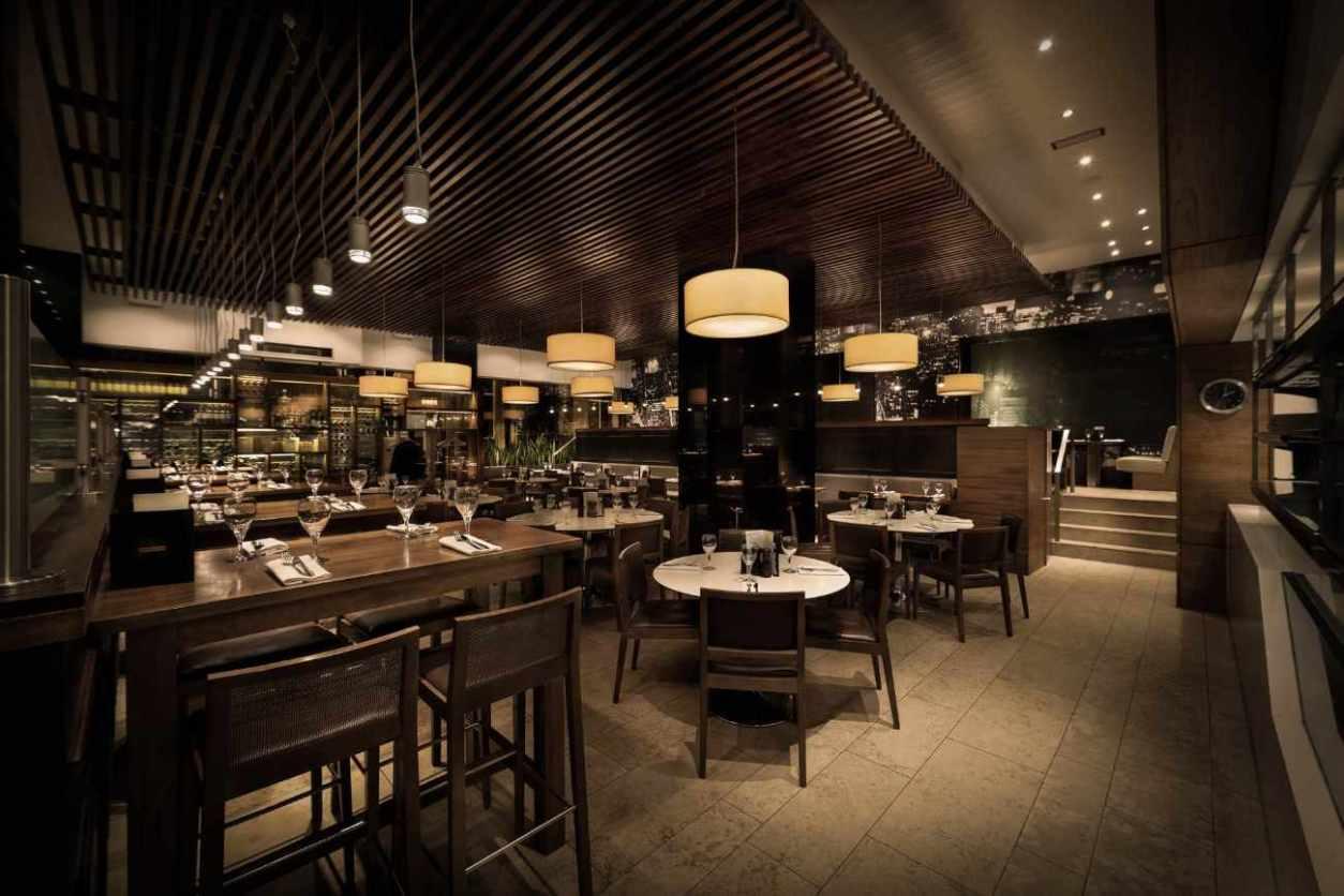 restaurant-tables-inside-the-grill-on-new-york-street