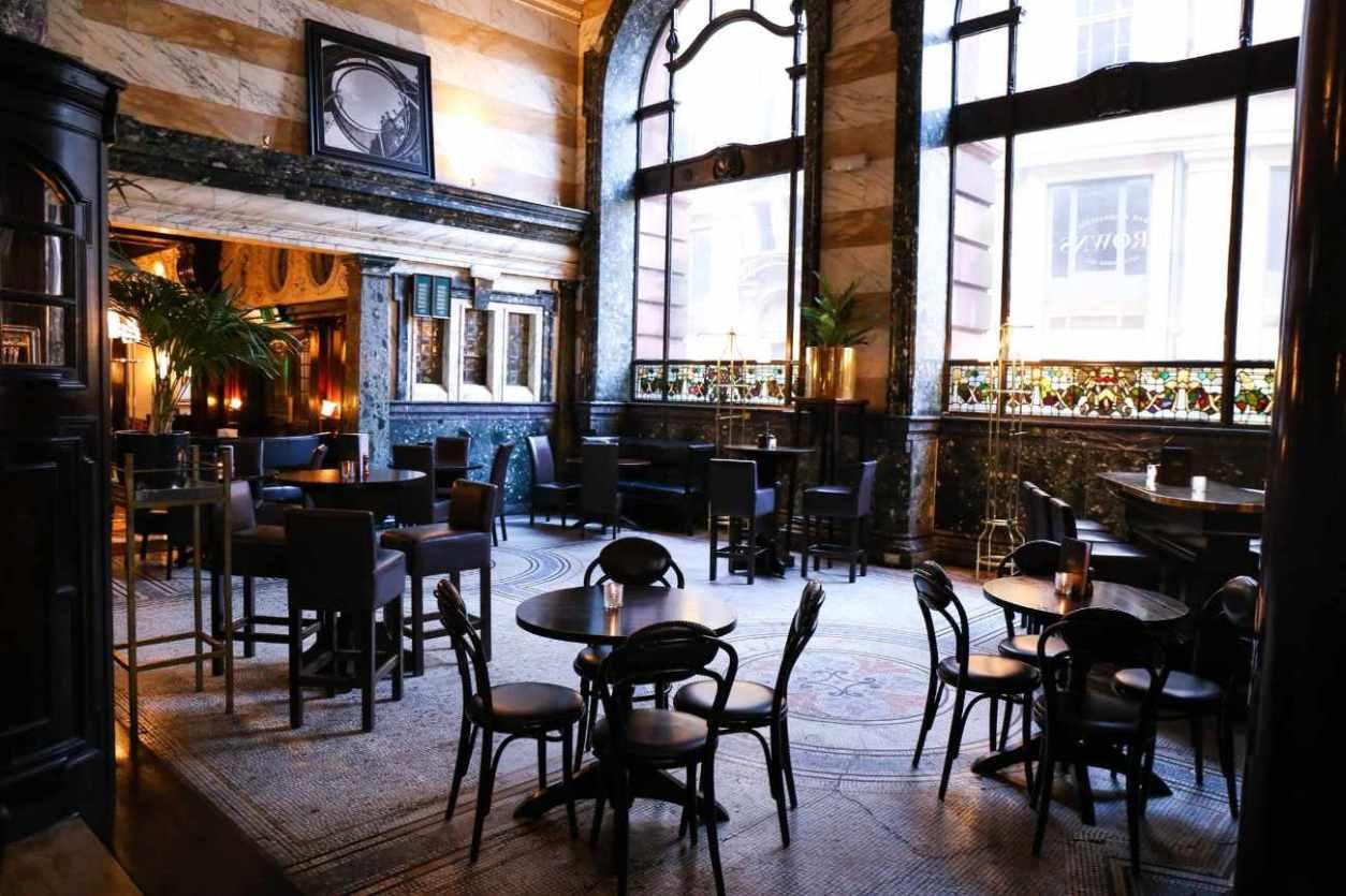 round-restaurant-tables-at-browns-brasserie