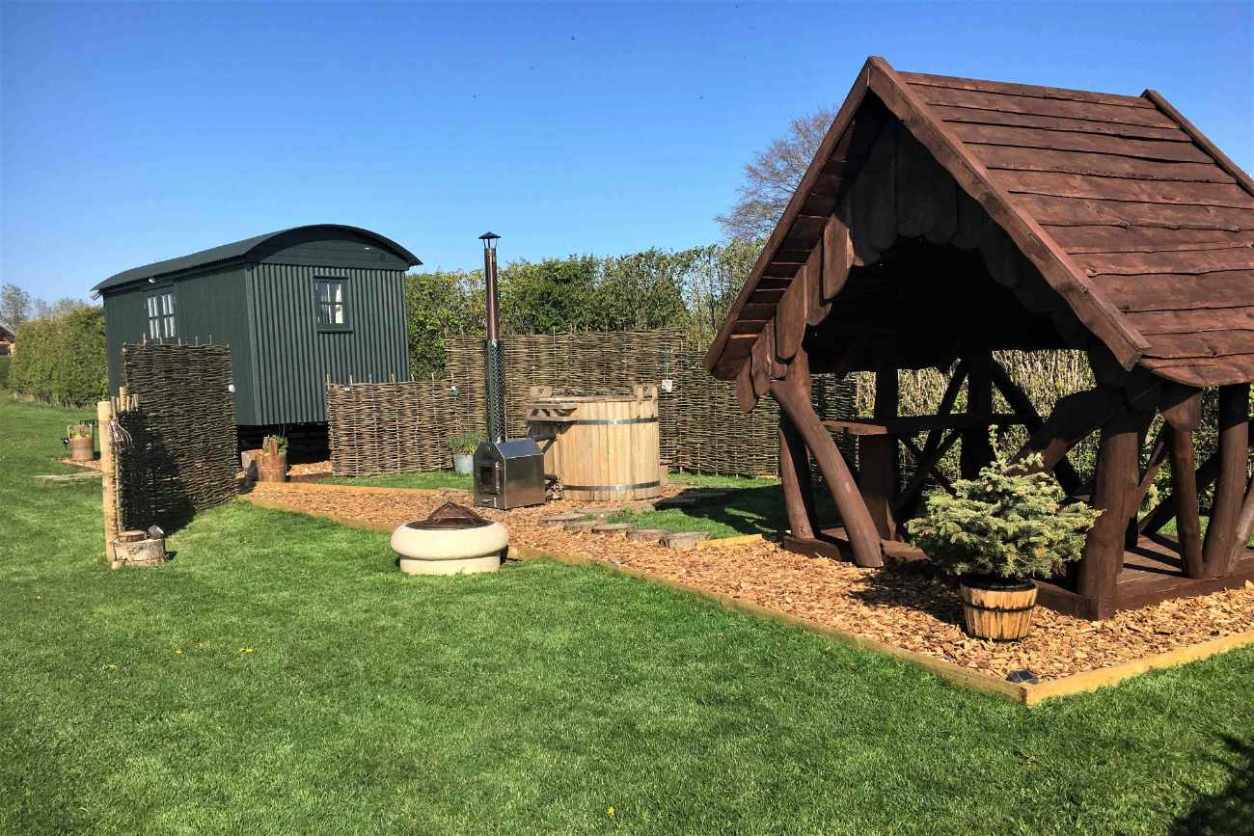 woodlands-shepherds-hut-with-outdoor-hot-tub
