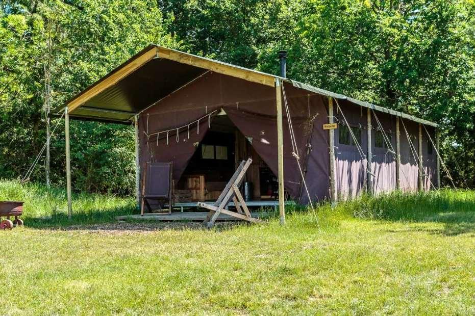 exterior-of-moor-farm-safari-tent-in-field