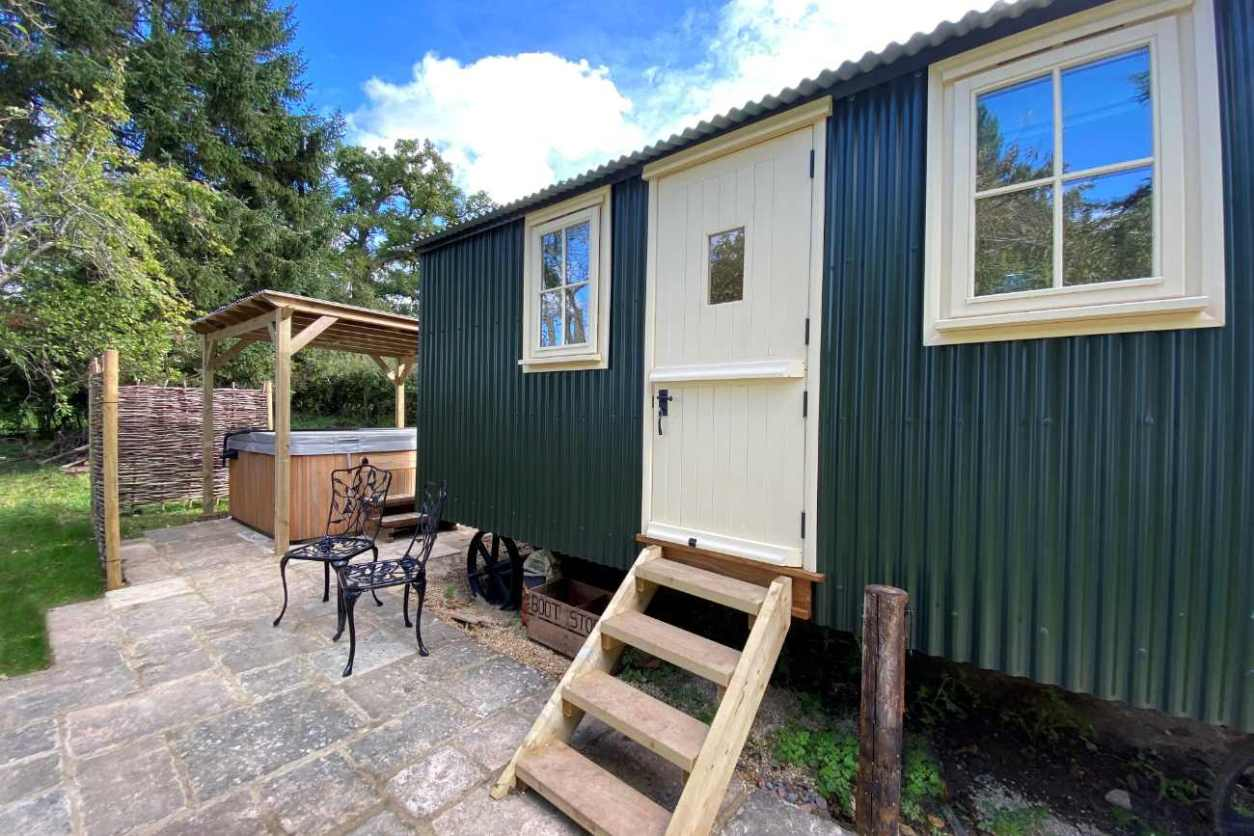 orchard-huts-shepherds-hut-with-outdoor-hot-tub-glamping-gloucestershire