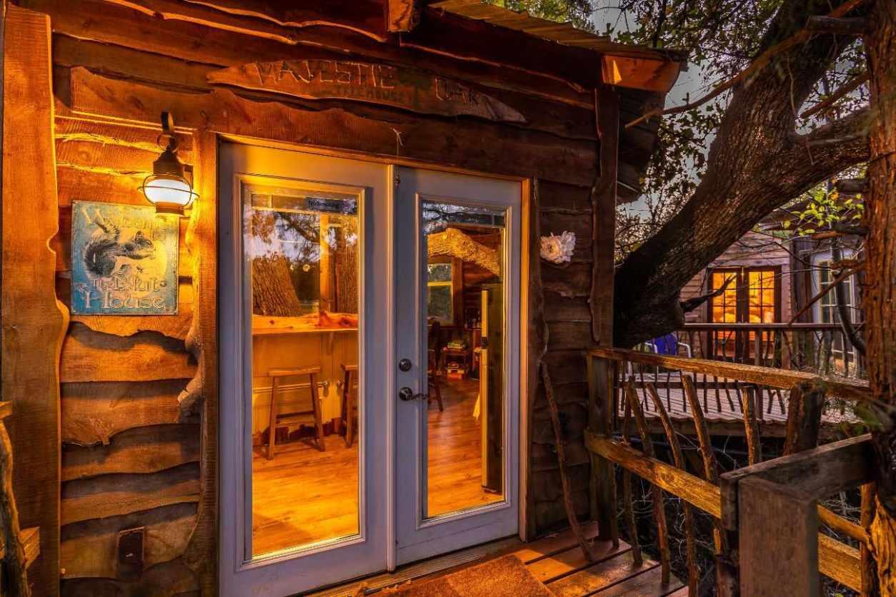 balcony-of-bare-creek-hollow-treehouse-at-savannahs-meadow