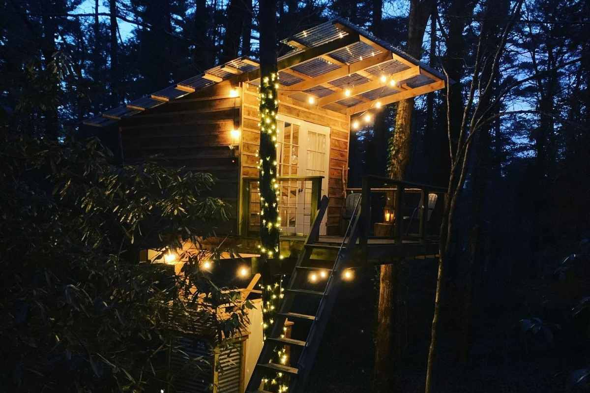 beacon-treehouse-lit-up-by-fairy-lights-at-night