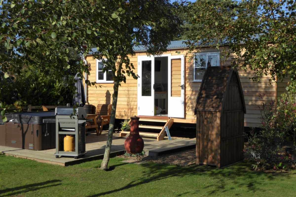 exterior-of-barleywood-shepherds-hut-norfolk-shepherds-huts