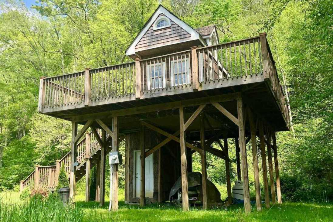 exterior-of-exclusive-heated-treehouse-treehouse-rentals-nc