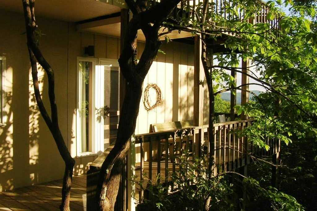 exterior-of-laurel-treehouse-at-fire-mountain-inn