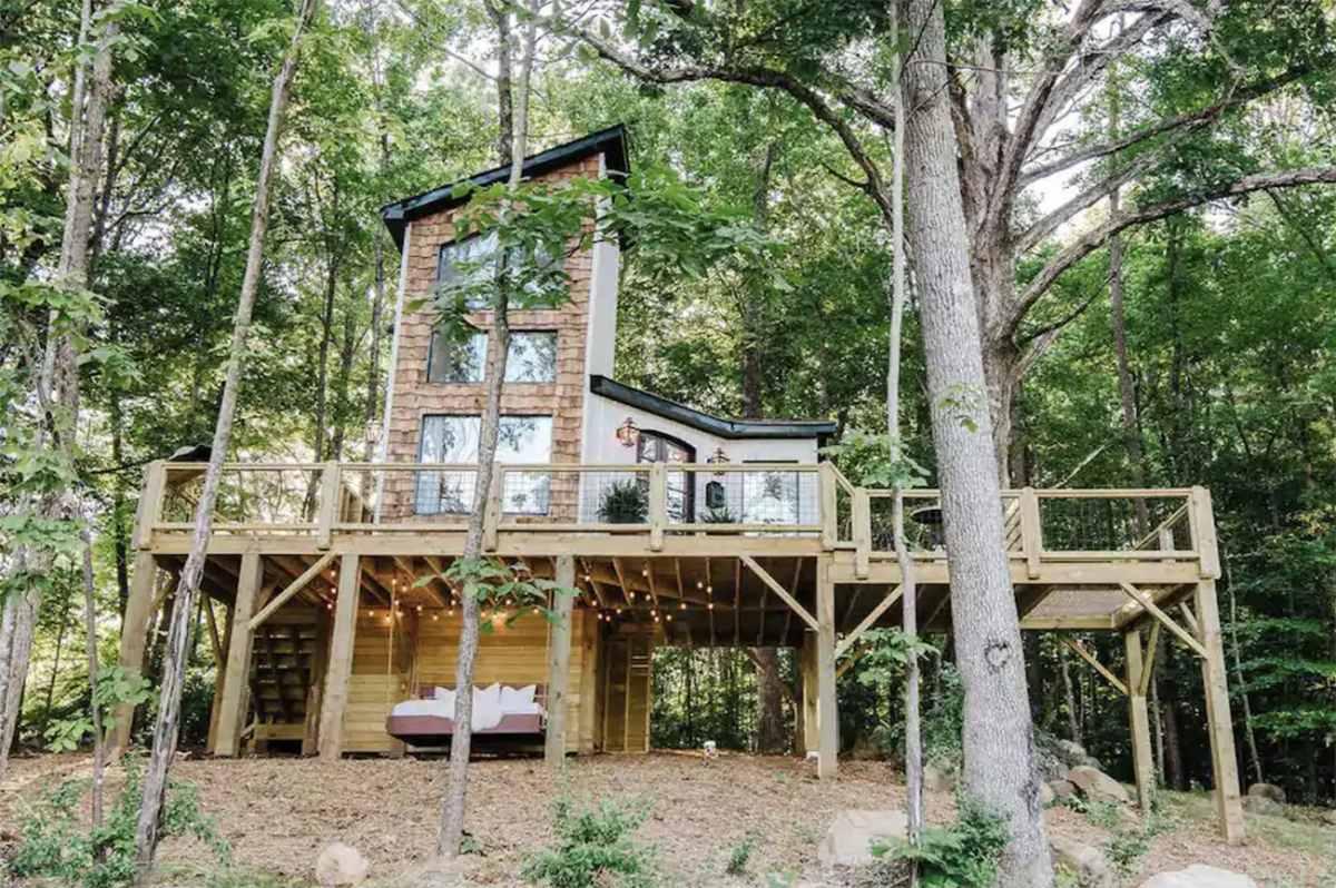 exterior-of-the-carolina-treehouse-treehouse-rentals-nc