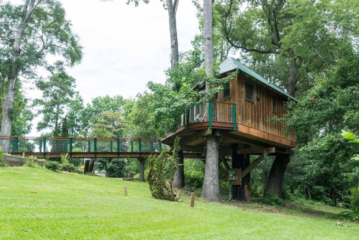 exterior-of-the-robbins-nest-treehouse-treehouse-rentals-nc