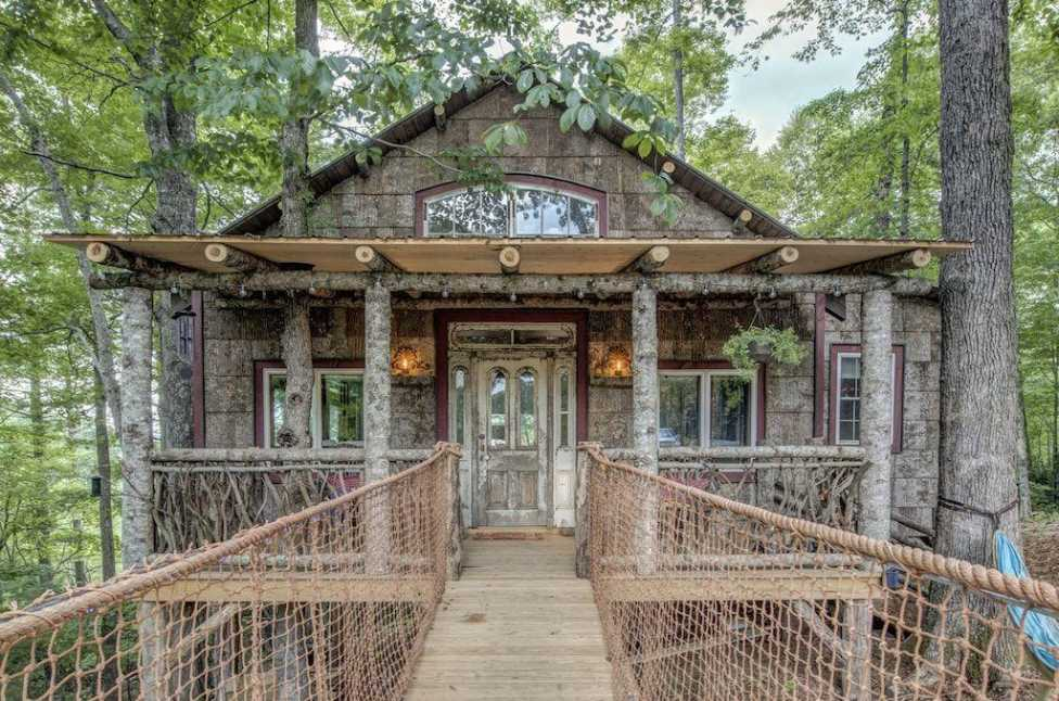 exterior-of-treehouse-on-the-farm-treehouse-rentals-nc