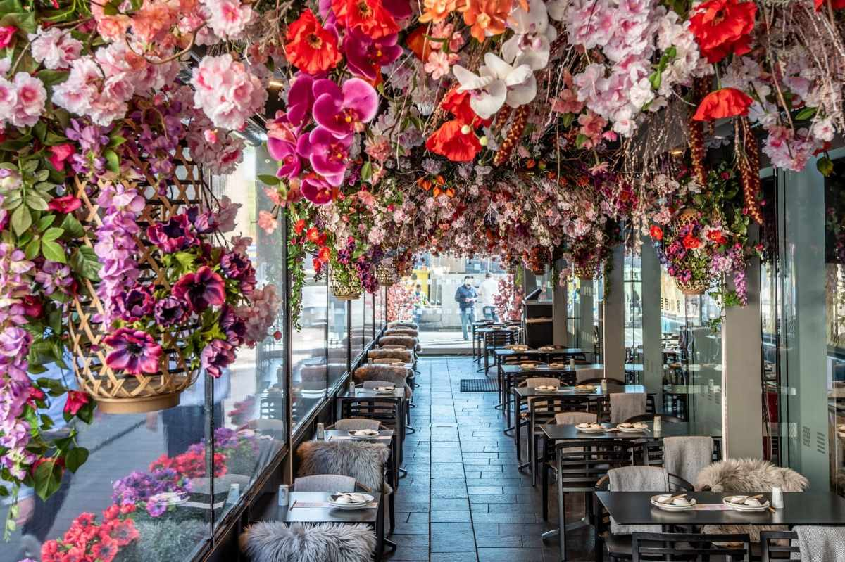 flower-ceiling-at-ping-pong-bottomless-brunch-soho