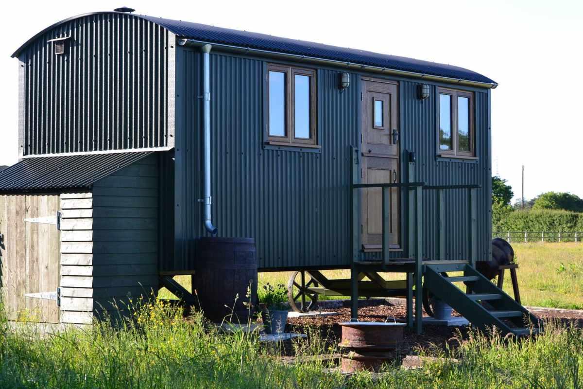 luxury-shepherds-hut-in-field-norfolk-shepherds-huts