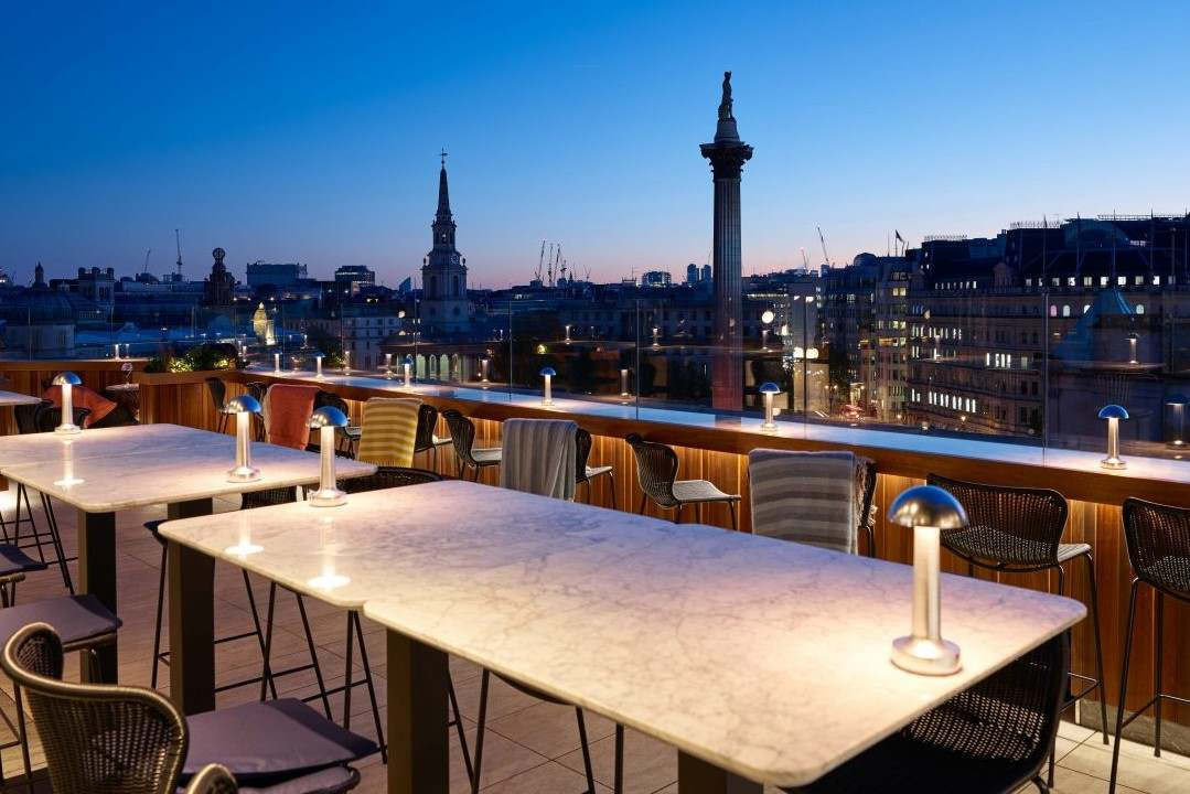 the-rooftop-st-james-bar-overlooking-nelsons-column-at-night