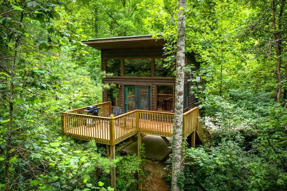 yellow-pine-treehouse-at-rivers-edge-treehouse-resort-treehouse-rentals-nc