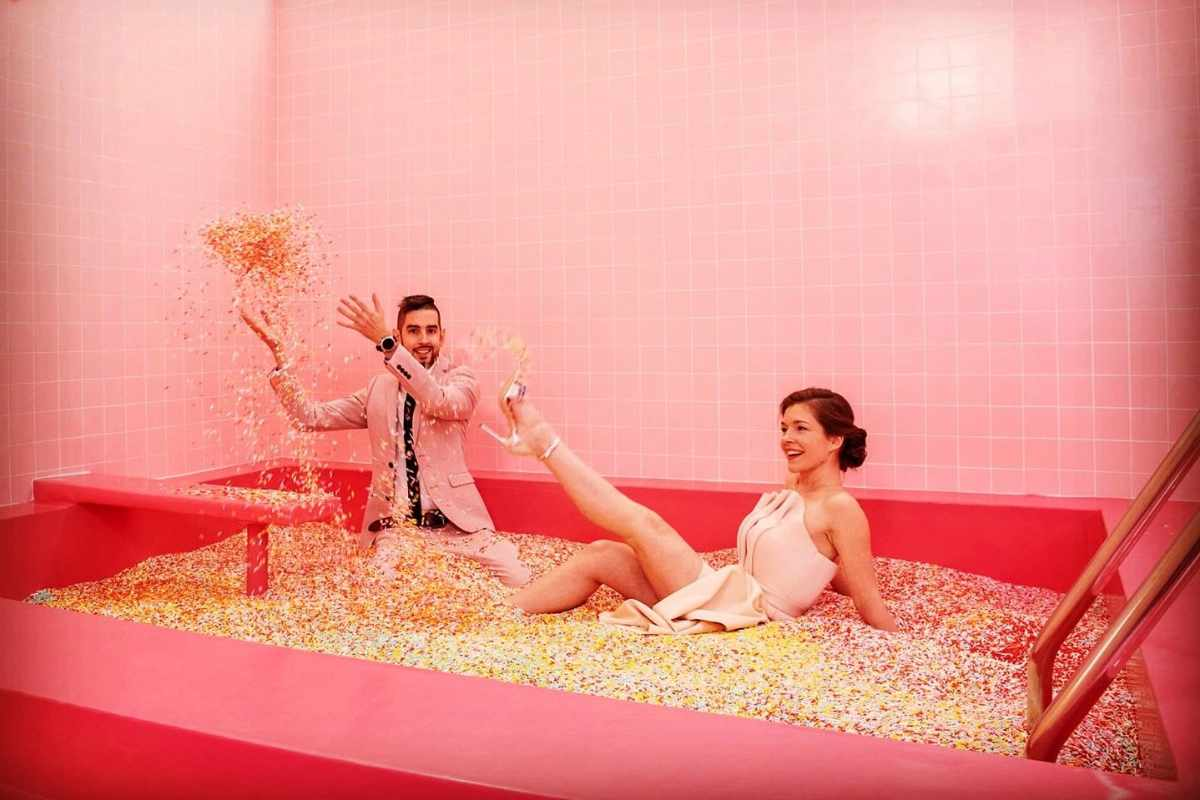 couple-in-the-museum-of-sweets-and-selfies-szelfimúzeum