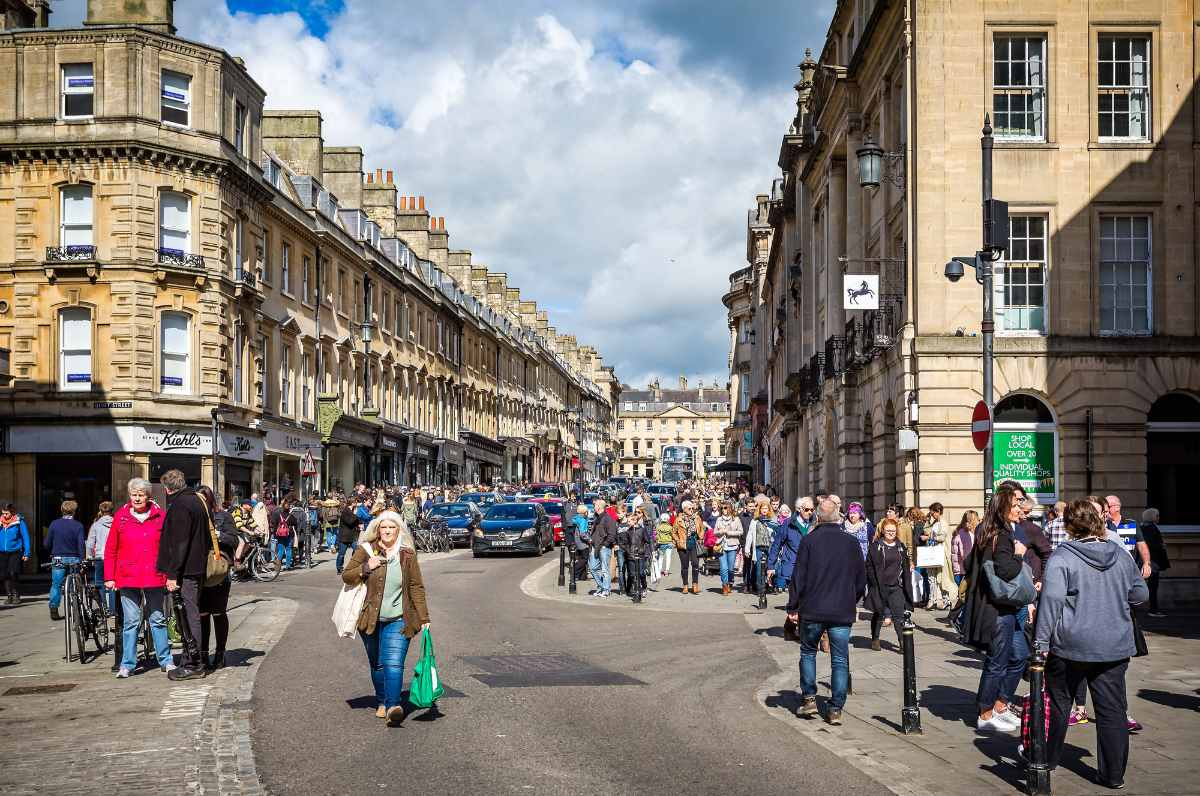 crowds-of-people-shopping-on-milsom-street