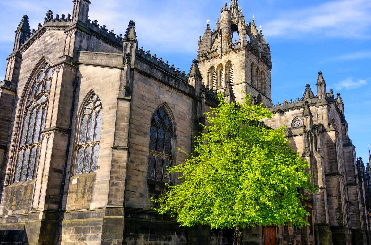 exterior-of-st-giles'-cathedral-on-sunny-day