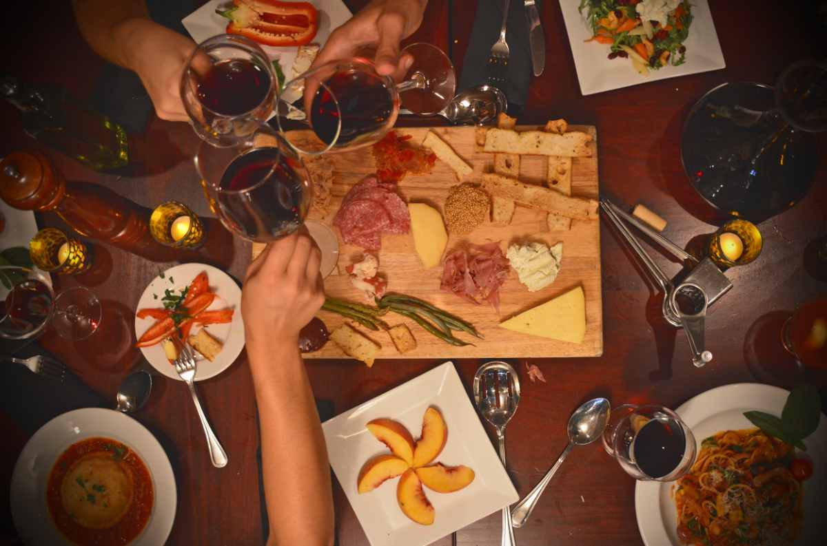 food-and-glasses-of-wine-on-table-at-lavagna-restaurant