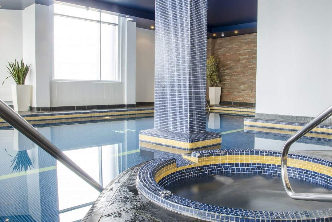hot-tub-and-pool-at-radisson-blu-hotel-spa-spa-days-liverpool