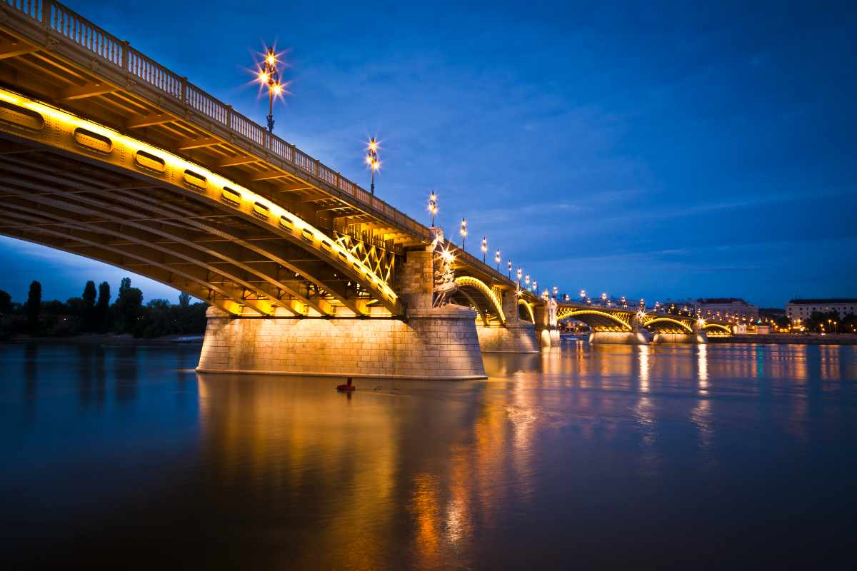 margaret-bridge-over-river-lit-up-at-night-romantic-things-to-do-in-budapest