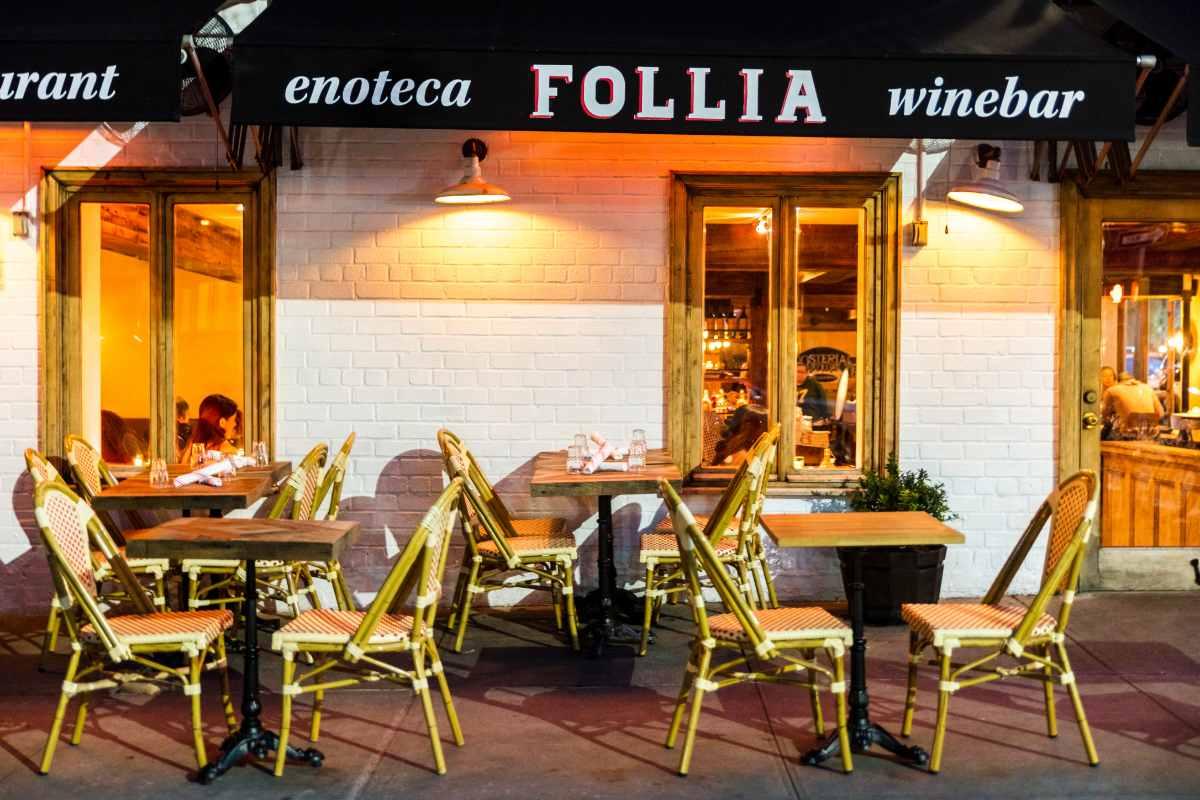 outdoor-seating-in-front-of-follia-italian-restaurant