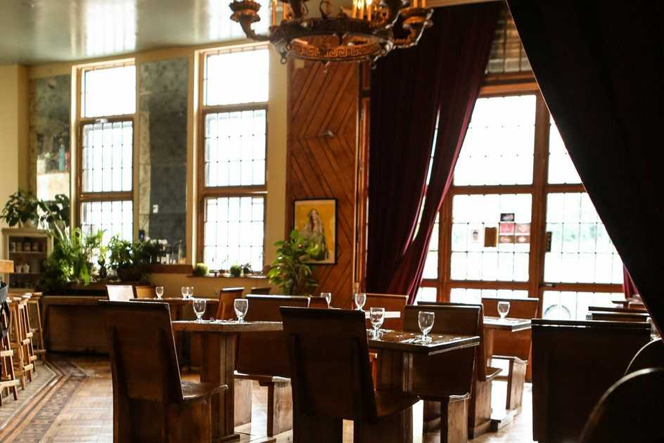 tables-with-wine-glasses-inside-barons-restaurant