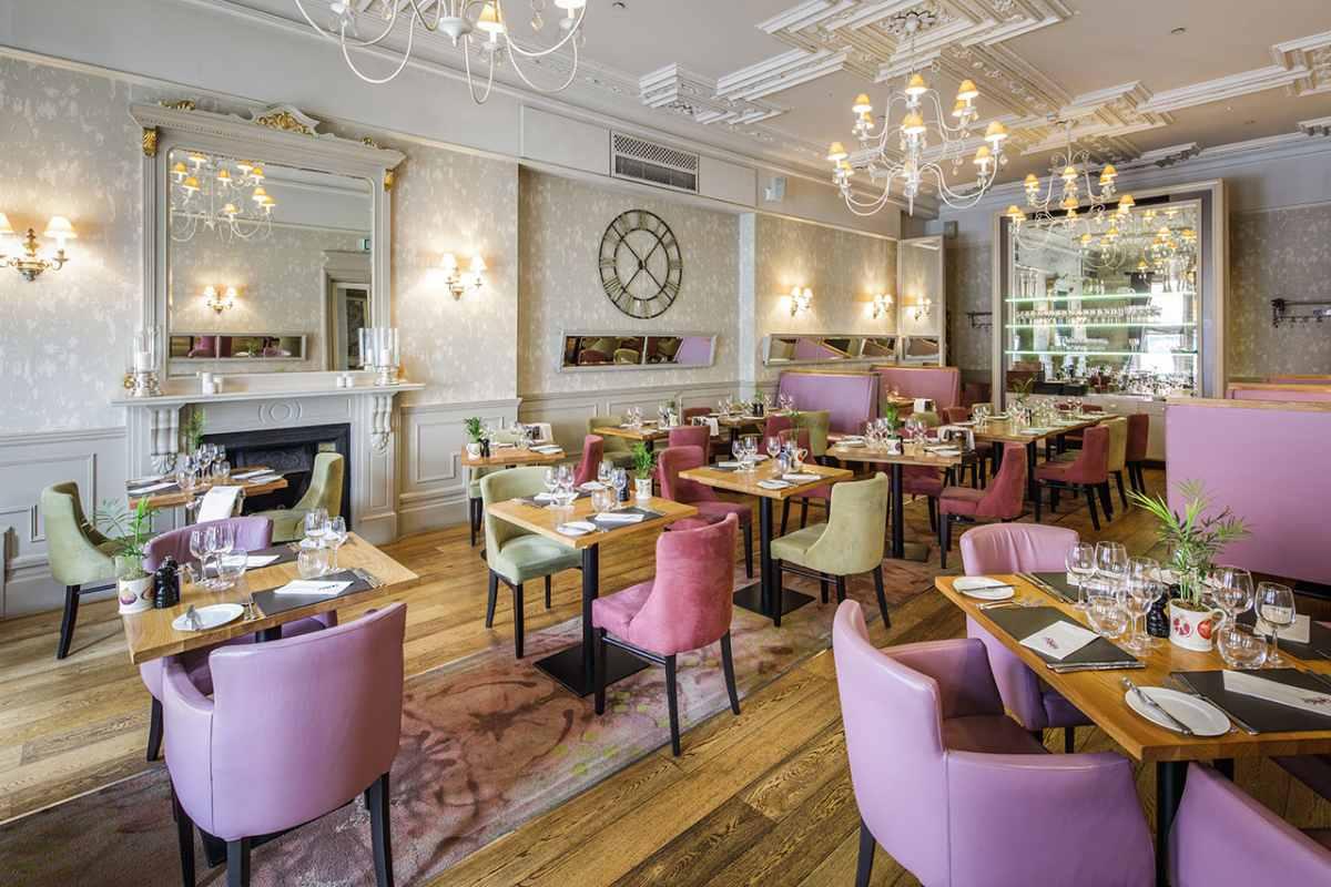 banjo-restaurant-dining-room-with-restaurant-tables