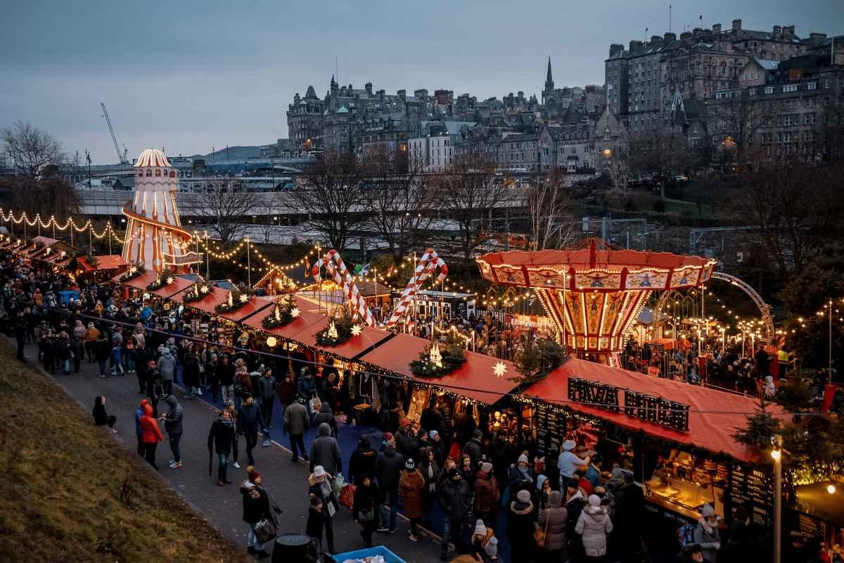 edinburgh-christmas-market-at-night-christmas-markets-scotland