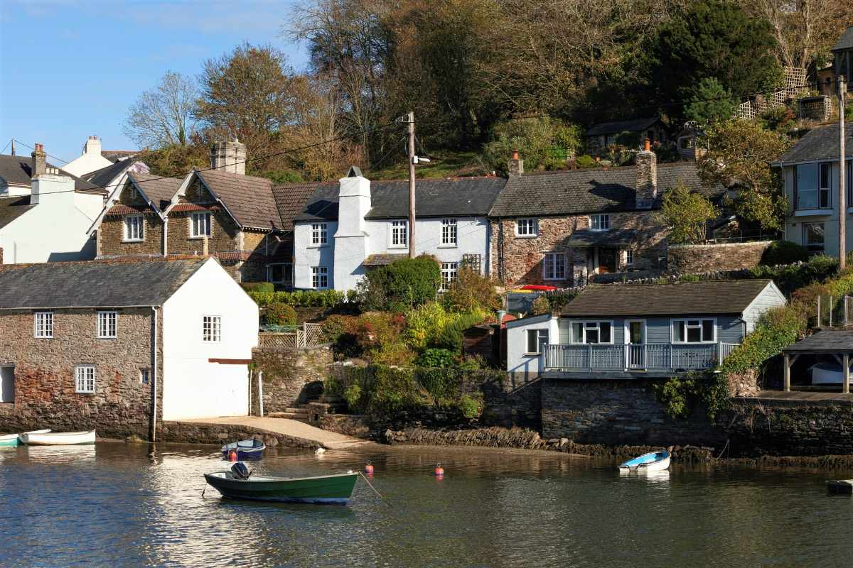 houses-by-water-in-noss-mayo