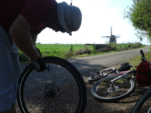 Bikepacking in Holland Changing inner tube