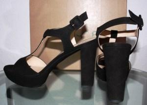 Der Sommer wird schick mit schwarzen Sandaletten