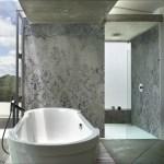 Dusche mit Tapete und Betonoptik