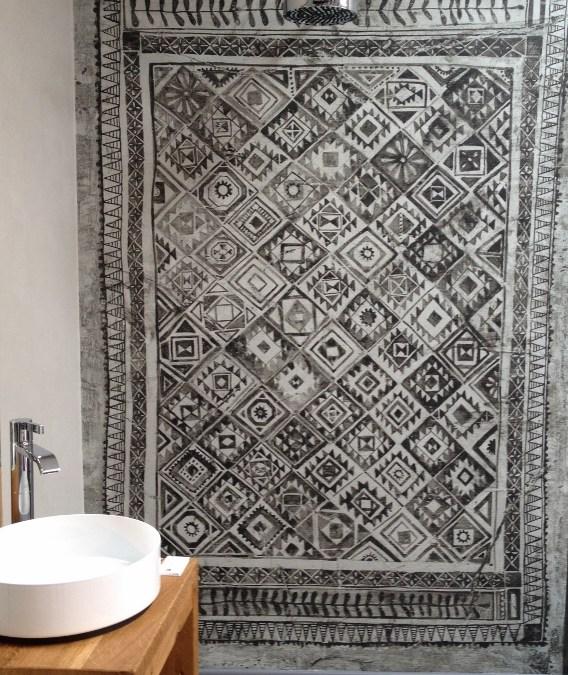 Ein Wandteppich im fugenlosen Bad