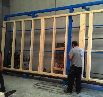 Una fase della costruzione della parete in legno: preparazione del telaio