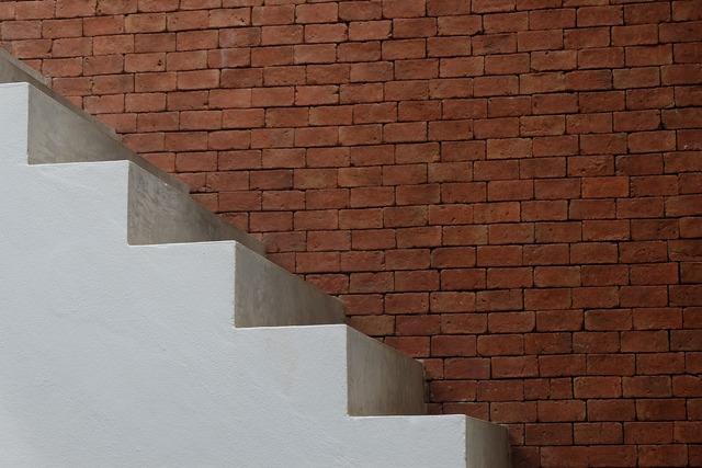una scala lungo una parete: per eliminarla serve un permesso specifico