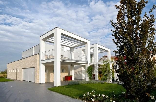 villa moderna in provincia di Padova: vista verso est con il corpo servizi rivestito in pietra di Vicenza