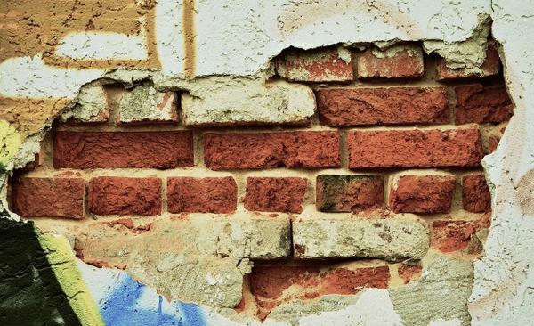 Vecchio muro scrostato da ristrutturare