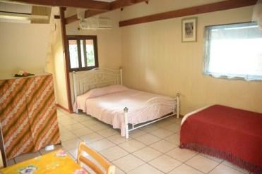Grand bungalow : Vai Hau : Lit double en living et lit simple. Vue de l'entrée.