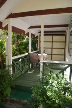 Petit bungalow : entrée terrasse couverte