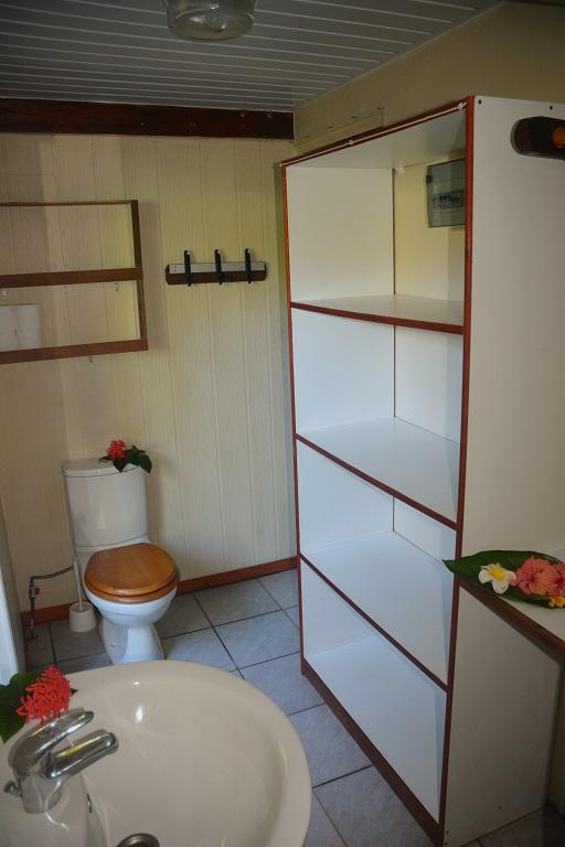 Petit bungalow : SDB toilette, armoire
