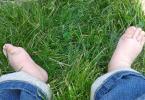 Pied de bébé dans l'herbe