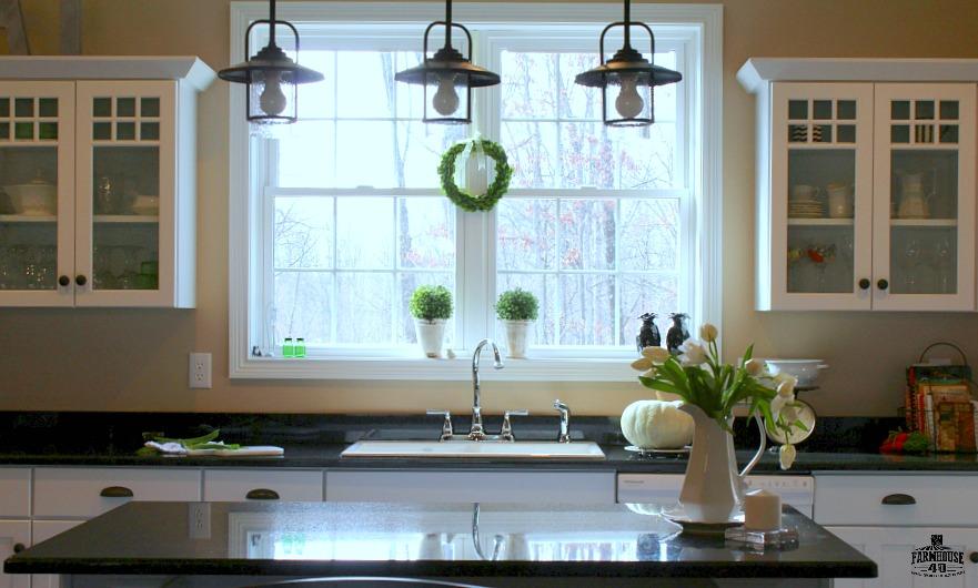 farmhouse kitchen w white cabinets
